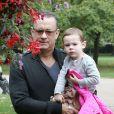 Tom Hanks se balade avec sa petite fille Olivia Jane à Hyde Park, Londres, le 8 octobre 2013.