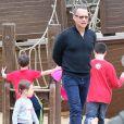 Tom Hanks dans un parc à jeux avec sa petite fille Olivia Jane à Hyde Park, Londres, le 8 octobre 2013.