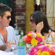Simon Cowell et sa compagne Lauren Silverman (enceinte) en terrasse au restaurant The Ivy de Los Angeles, le 12 octobre 2013.