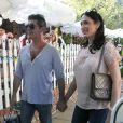 Simon Cowell et sa compagne Lauren Silverman (enceinte) sortent du restaurant The Ivy à Los Angeles, le 12 octobre 2013.
