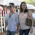 Simon Cowell et sa compagne Lauren Silverman enceinte sortent du restaurant The Ivy à Los Angeles, le 12 octobre 2013.