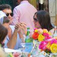 Simon Cowell et sa compagne Lauren Silverman (enceinte) déjeunent en terrasse au restaurant The Ivy à Los Angeles, le 12 octobre 2013.
