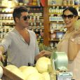Simon Cowell et sa compagne Lauren Silverman (enceinte) font des courses au magasin Whole Foods à Beverly Hills, le 12 octobre 2013.