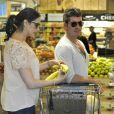 Simon Cowell et sa compagne Lauren Silverman (enceinte) font des courses ensemble au magasin Whole Foods à Beverly Hills, le 12 octobre 2013.