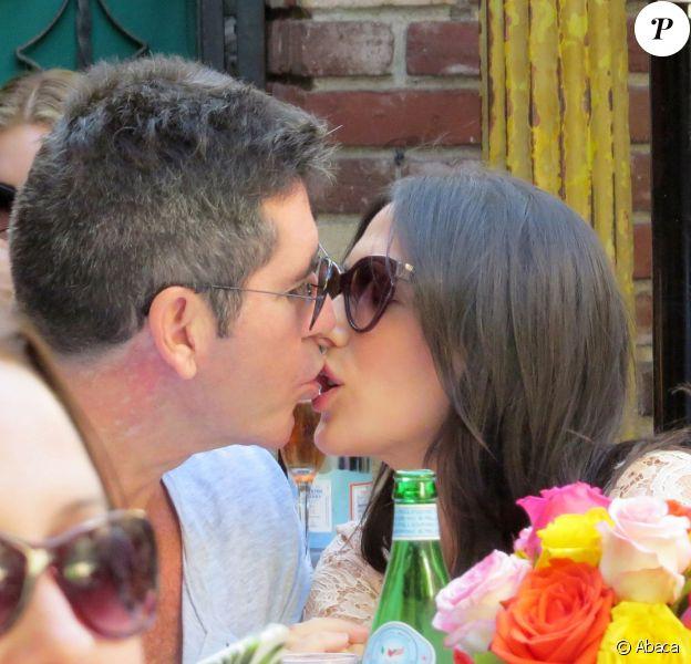 Simon Cowell et sa compagne, Lauren Silverman (enceinte), déjeunent en terrasse au restaurant The Ivy de Los Angeles, le 12 octobre 2013.