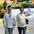 Simon Cowell et sa compagne Lauren Silverman (enceinte) dans les rues de Beverly Hills, le 12 octobre 2013.