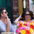 Simon Cowell et sa compagne Lauren Silverman (enceinte) déjeunent en terrasse au restaurant The Ivy de Los Angeles, le 12 octobre 2013.
