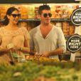 Simon Cowell et sa compagne Lauren Silverman (enceinte) au magasin Whole Foods, à Beverly Hills, le 12 octobre 2013.
