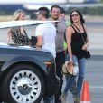 Simon Cowell et sa Lauren Silverman (enceinte) montent à bord d'un jet prive avec des amis à Van Nuys, le 13 octobre 2013.