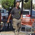 Exclusif - Shia LaBeouf, pas très bien habillé, avec sa compagne Mia Goth font des courses dans un magasin de bricolage à Los Angeles le 23 juillet 2013