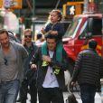 Belle journée pour Orlando Bloom qui porte son fils Flynn sur le dos alors qu'il se promène à New York, le 14 octobre 2013.