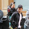 Orlando Bloom porte son fils Flynn sur le dos alors qu'il se promène à New York, le 14 octobre 2013.