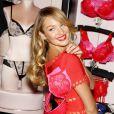 """Candice Swanepoel fête la Saint Valentin en février 2013 avec Victoria""""s Secret"""