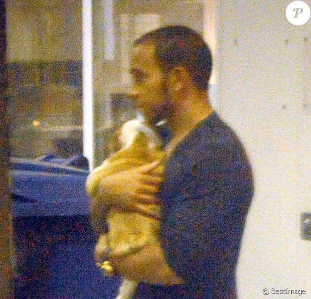 Exclusif - Lewis Hamilton bloqué devant l'hôtel de Londres dans lequel il vient de retrouver son ex Nicole Scherzinger à cause d'un problème de voiture le 15 octobre 2013.