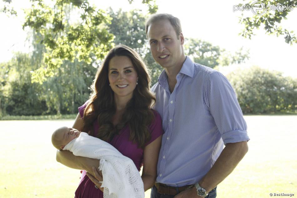 Le prince William, Kate Middleton et leur fils George posant le 19 août 2013 pour les premiers portraits officiels du bébé.