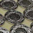 Des pièces commémoratives ont été éditées par la Monnaie royale britannique pour le baptême du prince George de Cambridge, premier enfant du prince William et de Kate Middleton, le 23 octobre 2013 au palais Saint James. Approuvées par ses parents, la devise de la reine Elizabeth II God and my right y figure.
