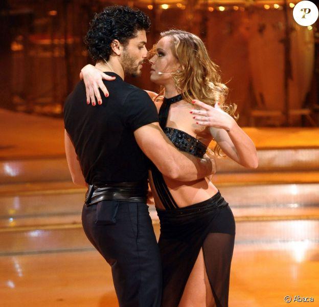Jesus Luz et sa partenaire Agnese Junkure dans la version italienne de l'émission Danse avec les stars. Rome, le 19 octobre 2013.