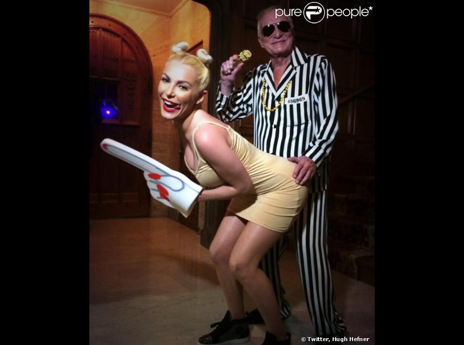 Hugh Hefner et son épouse Crystal Harris déguisés en Robin Thicke et Miley Cyrus pour la grande fête Halloween organisée à la Playboy Mansion, à Los Angeles, le 26 octobre 2013.