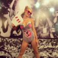 Paris Hilton très fière de son costume Miley Cyrus à Los Angeles, le 26 octobre 2013.