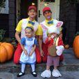Neil Patrick Harris et son conjoint David Burtka prennent la pose avec leurs enfants Gideon Scott et Harper Grace dans leurs costumes d'halloween pour la fête de l'école des enfants.