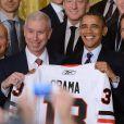 Barack Obama ravi de prendre la pose au milieu des Blackhawks de Chicago, équipe victorieuse de la Coupe Stanley en 2013, le 4 novembre 2013 à la Maison Blanche à Washington