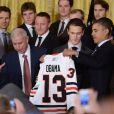 Barack Obama reçoit un maillot des Blackhawks de Chicago, équipe victorieuse de la Coupe Stanley en 2013, le 4 novembre 2013 à la Maison Blanche à Washington
