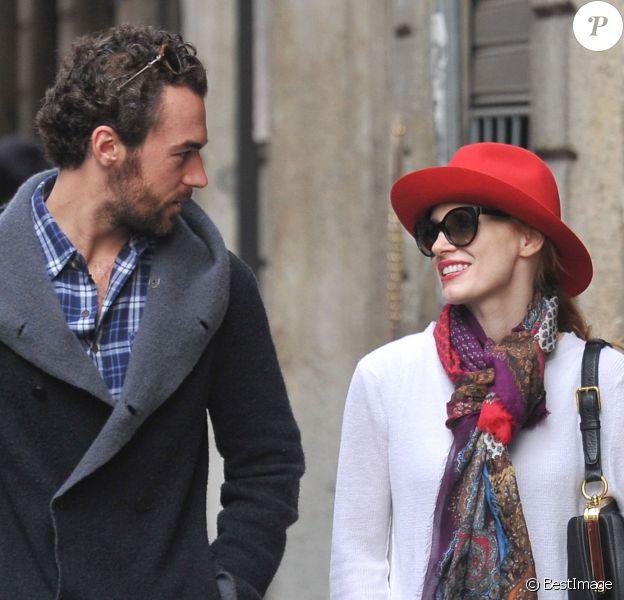 Exclusif - Jessica Chastain et son petit ami Gian Luca Passi et leur chien se promènent dans les rues de Milan, novembre 2013.