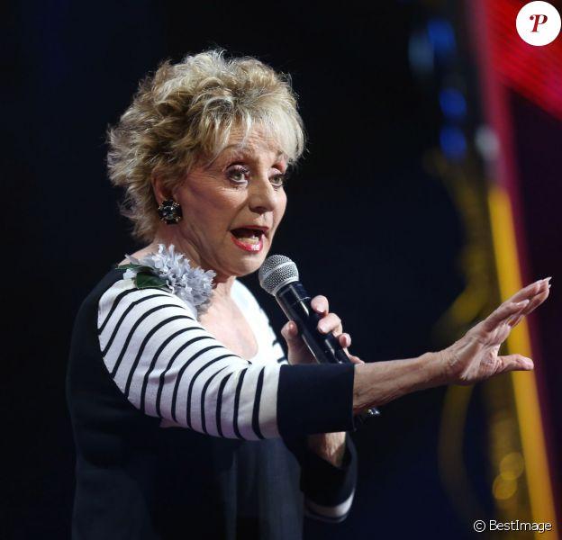 """Annie Cordy chante """"C'est si bon"""" d'Yves Montand lors de l'enregistrement de l'émission """"Hier encore"""" présentée par Charles Aznavour et Virginie Guilhaume à l'Olympia le 6 septembre 2013"""
