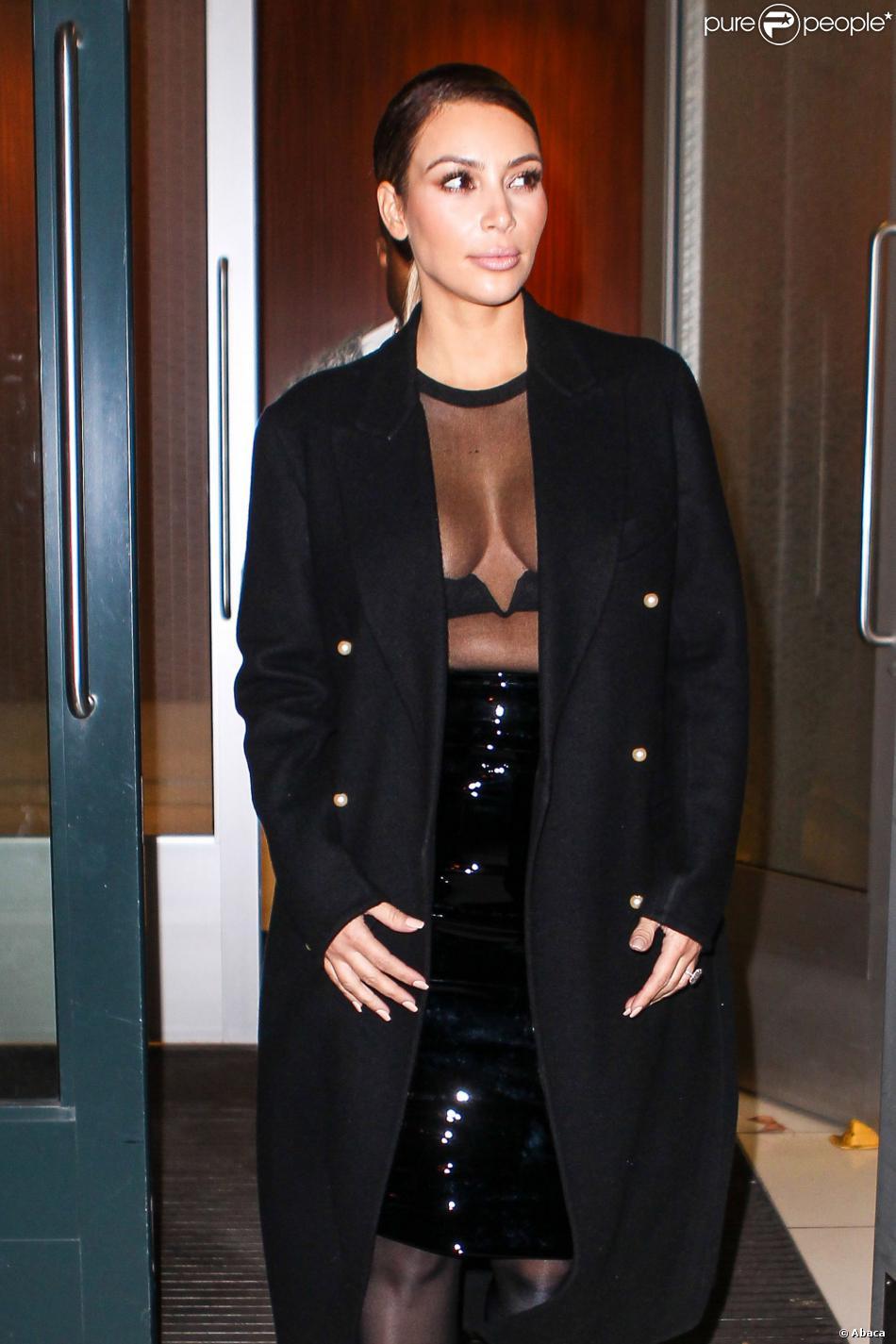Kim Kardashian et Kanye West sortent de leur appartement le 19 octobre à New York. Kim dévoile sa silouhette impeccable dans une tenue transparente