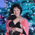 """Anny Duperey et son chat lors de l'enregistrement de l'émission """"Vivement dimanche"""" le 11 décembre 2012."""