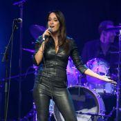 Karine Lima, sexy en cuir, et Nelson Monfort chantent pour Alain Chabat