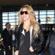 Shakira prend un vol à l'aéroport de Los Angeles, le 30 octobre 2013.