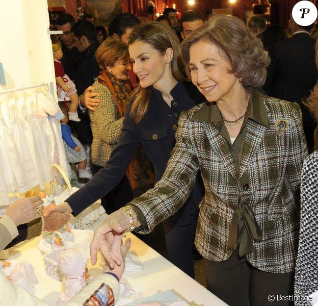 La princesse Letizia et la reine Sofia d'Espagne à l'unisson au marché de Noël solidaire de l'association Nuevo Futuro, le 29 novembre 2013 à la Casa de Campo, à Madrid.