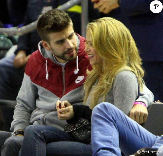 Shakira et Gerard Piqué amoureux au Palau devant le match d'Euroligue entre Barcelone et Fenerbahce le 30 novembre 2013