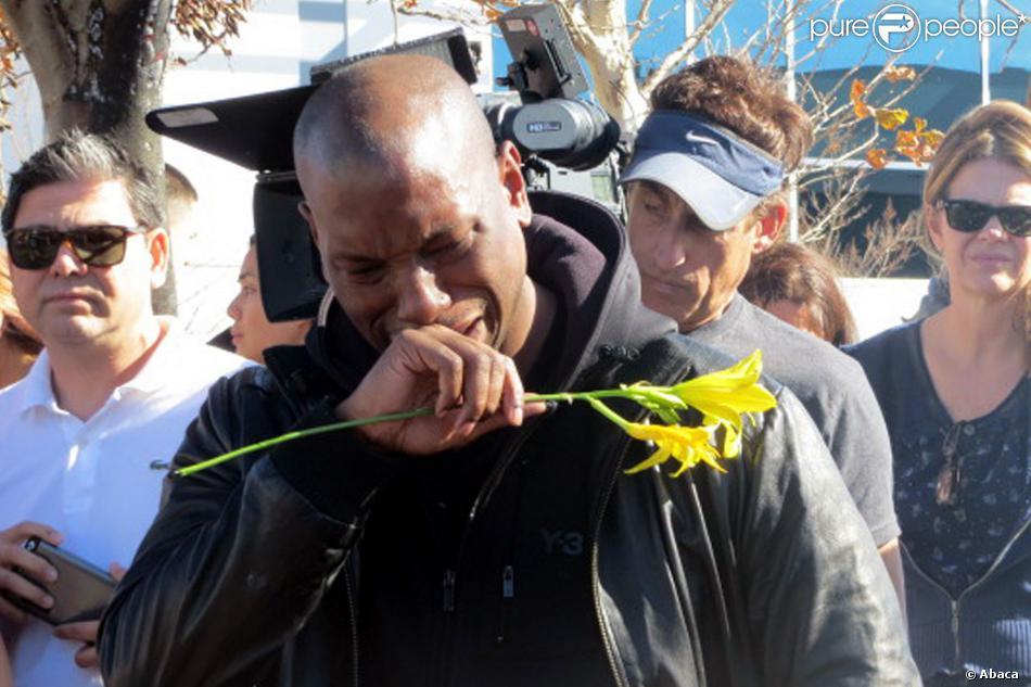 Tyrese Gibson, acteur de Fast & Furious et ami Paul Walker, se recueille en larmes sur les lieux du crash à Santa Clarita, Los Angeles, le 1er décembre