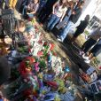 Des fans se recueillent sur les lieux du drame où Paul Walker a trouvé la mort à Santa Clarita, Los Angeles, le 1er décembre 2013.