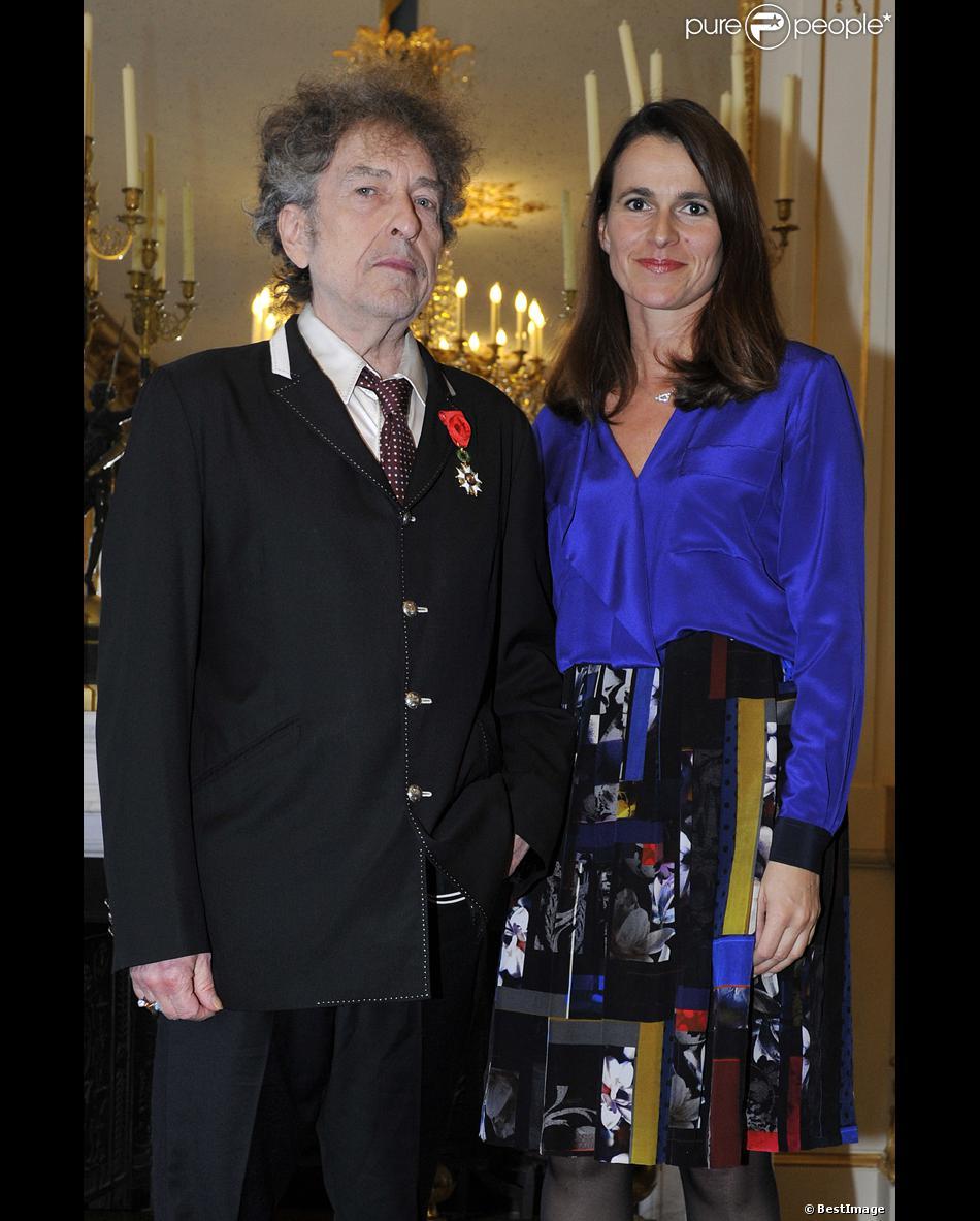Le légendaire chanteur américain Bob Dylan (72 ans) a été décoré de l'ordre d'officier de la Légion d'honneur. C'est la ministre de la Culture Aurélie Filippetti, qui lui a remis les insignes, soulignant la place particulière de l'artiste dans le coeur des Francais. La cérémonie s'est déroulée au Ministère de la Culture, le 13 novembre 2013, devant un nombre limité d'invités dont son ami Hugues Aufray.