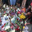 Des fans sont venus rendre hommage à Paul Walker sur le lieu de l'accident qui lui a coûté la vie le 30 novembre 2013 près de Los Angeles, le 1er décembre 2013.