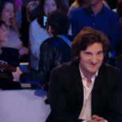 Matthieu Chedid : Une fan hystérique lui montre ses seins au Grand Journal !