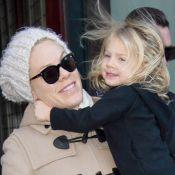 Pink : Emmitouflée, elle réchauffe sa petite Willow dans le froid