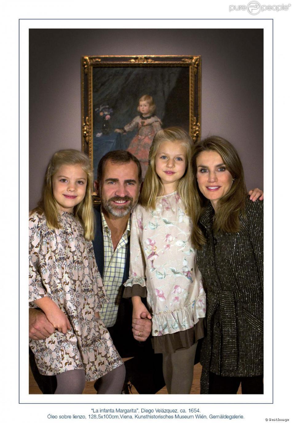 Le prince Felipe et la princesse Letizia d'Espagne ont posé au musée du Prado avec leurs filles Leonor et Sofia, devant L'Infanta Margarita de Velazquez, pour leur carte de voeux 2013 dévoilée le 16 décembre.