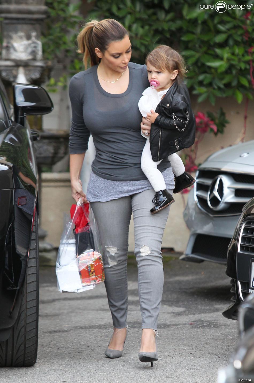 Kim Kardashian, tata tendre pour Penelope avec qui elle quitte l'institut de beauté Epione à Beverly Hills. Le 16 décembre 2013.