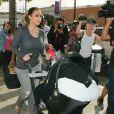 Kim Kardashian, encerclée par une horde de photographes à la sortie du restaurant Nate 'n Al Delicatessen à Beverly Hills, le 16 décembre 2013.