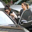 Kim et Kourtney Kardashian quittent l'institut de beauté Epione à Beverly Hills, le 16 décembre 2013.