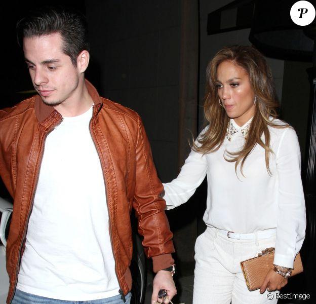 """Exclusif - Jennifer Lopez et son petit ami Casper Smart dînent au restaurant """"Craig"""" à West Hollywood, le 17 décembre 2013."""