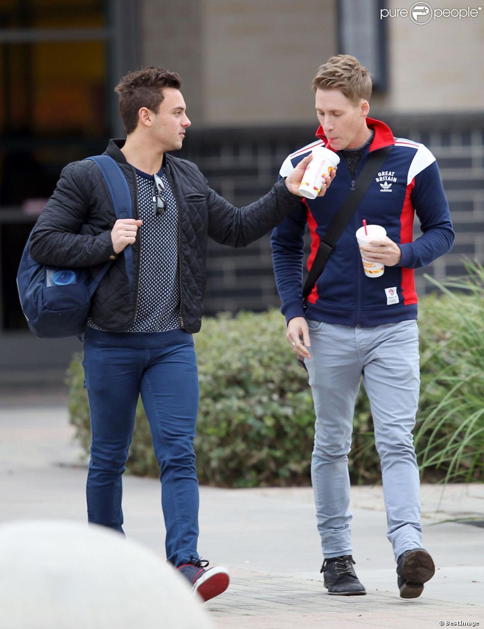 Exclusif – Le plongeur britannique Tom Daley et son petit ami lescénariste américain Dustin Lance Black prennent un smothie après l'entraînement à Houston, le 11 décembre 2013.