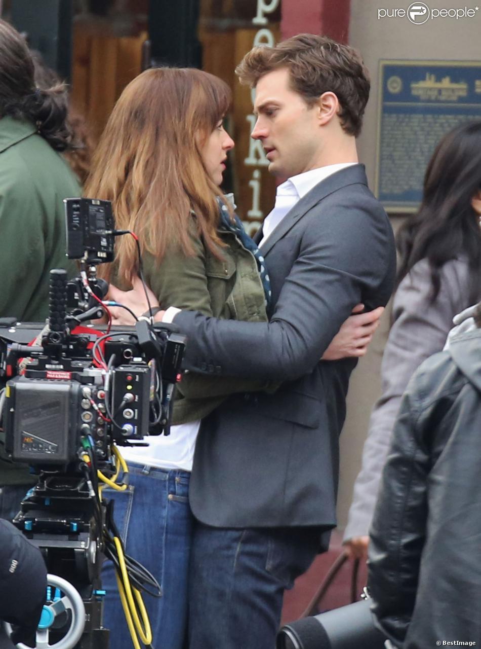 Jamie Dornan et Dakota Johnson se rapprochent sur le tournage du film Fifty Shades of Grey à Vancouver, le 19 décembre 2013.