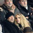 Pascal Obispo et sa compagne Julie Hantson, au Parc des Princes (Paris) pour le match PSG-Lille, le dimanche 22 décembre 2013.