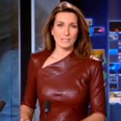 Anne-Claire Coudray : Robes en cuir et poitrine apparente, elle enflamme le JT