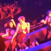 Miley Cyrus: Intenable au show de Britney Spears, elle se frotte à des danseuses